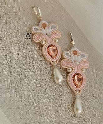 Biel, delikatny róż i blady łosoś.. kryształki i perły szklane..
