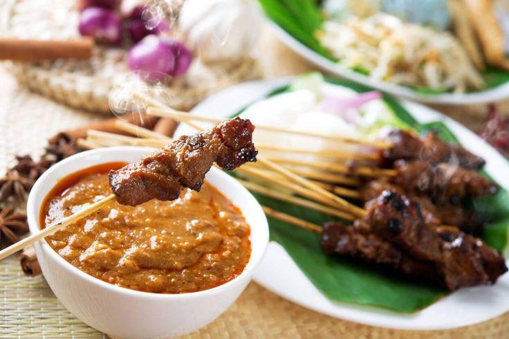 Een Indische rijsttafel is een uitgebreide feestmaaltijd bij uitstek. Van geurige rijst tot kruidige sauzen, gesmoord vlees en pittige groentegerechten: wij zijn er dol op! De basis van een Indische rijsttafel bestaat uit nasi of bami aangevuld met smaakvolle groente-, vlees- en kipgerechten. Denk bijvoorbeeld aan heerlijke Gado Gado, Saté Ayam en Babi Ketjap. Ook vegetarische gerechten met ei, tahu of tempé passen perfect bij een rijsttafel. Serveer er schaaltjes satésaus, pinda's…