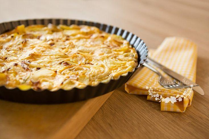 Klasická verze omelety v maličko upravenější formě. Je rychle hotová a můžete si na ní pochutnat třeba k obědu. Když si k této omeletě dáte zeleninový salát a budete ji podávat ještě teplou, zcela určitě si pochutnáte. Hlavně nezapomeňte ke stolu ještě někoho přizvat, tato porce je totiž pro čtyři osoby. Potřebujete: 5 velkých brambor …