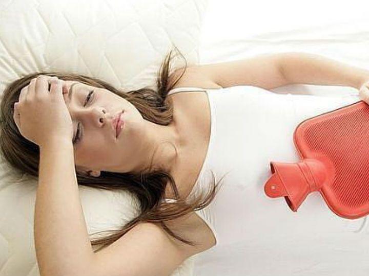 Ningún ciclo menstrual es igual. En ocasiones, llega acompañado de dolores de cabeza, cólicos, miles de emociones, y la expulsión vaginal de coágulos de sangre, que pueden provocar el aumento de los síntomas anteriores.Aunque resulte angustioso ver esas bolitas de color rojo oscuro aparecer en la toalla sanitaria o en la taza del WC, es normal. ¡Sí, de verdad!
