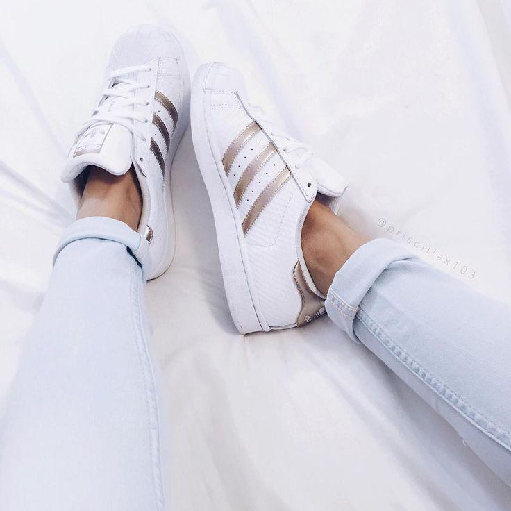 Adidas Branco com detalhes dourado