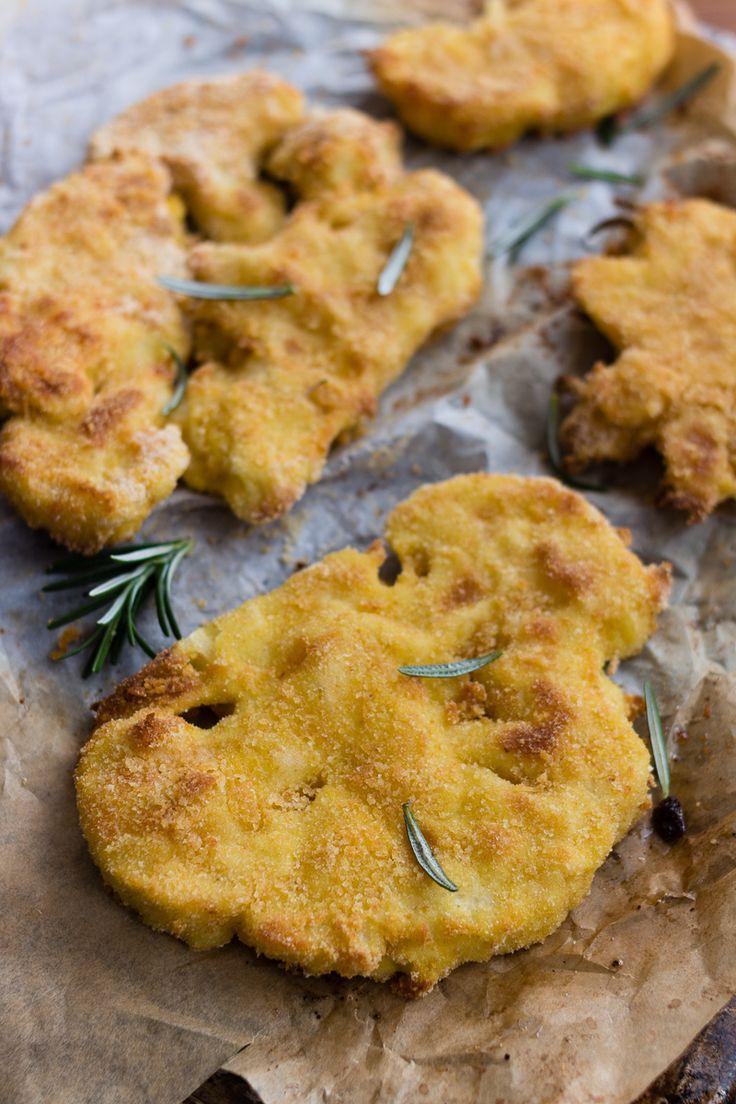 Le Cotolette di cavolfiore al forno sono un ottimo secondo piatto semplice e gustoso. Una ricetta semplicissima e senza friggere che non guasta alla salute.