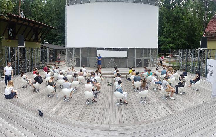 В Сокольниках открылся фестиваль короткометражного панорамного кино  Этим летом в московском парке «Сокольники» открылся международный фестиваль короткометражного кино в формате виртуальной реальности VR Cinema Weeks 3008. Виртуальный ВР-кинотеатр «Пионер» на сорок мест будет работать с 29 июля по 13 августа. Гости показов смогут бесплатно смотреть синхронный панорамный контент.  Сеансы пройдут в очках виртуальной реальности Samsung Gear VR на смартфонах Samsung Galaxy S8. За техническую…
