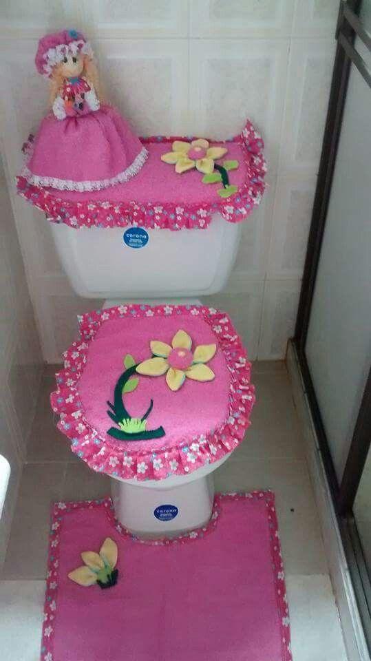 Un juego de baño decora y proporciona calidez a la sala de baño. Está compuesto por tres piezas básicas: El forro para el tanque de agua. El forro para la tapa del WC. El tapete del WC. Las medidas…