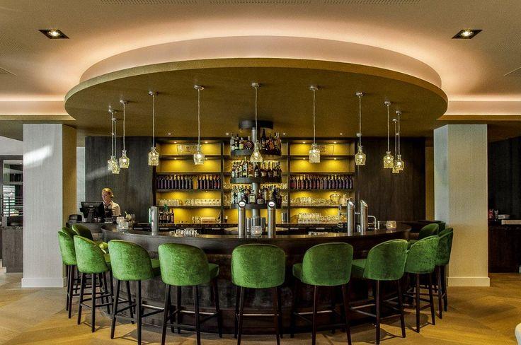 Eigentijds en origineel zijn deze karaf hanglampen in de bar.