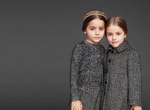 Осенне-зимняя коллекция Dolce&Gabbana 2013/14 Дети Бренд Dolce&Gabbana предлагает малышам не отставать от взрослых, поэтому наряды из осенне-зимней детской и женской коллекций прекрасно гармонируют. В лукбук вошли клетчатые твидовые пальто, платья в цветочек, юбочные костюмы из красного кружева и другие наряды.