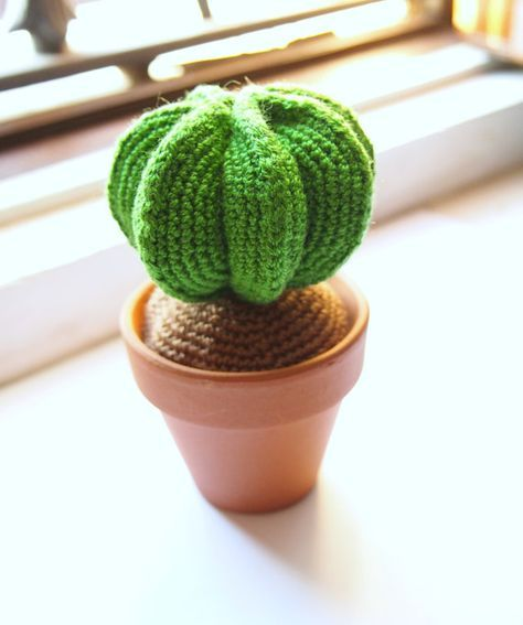 Green Cactus: Amigurumi Crochet Pattern. PDF Pattern crochet cactus PDF format. It is written in Spanish, contains 10 pages and contains 33 photos.