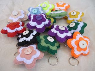 RECICLANDO MOMENTOS: Llaveros con retazos de tela y botones reciclados