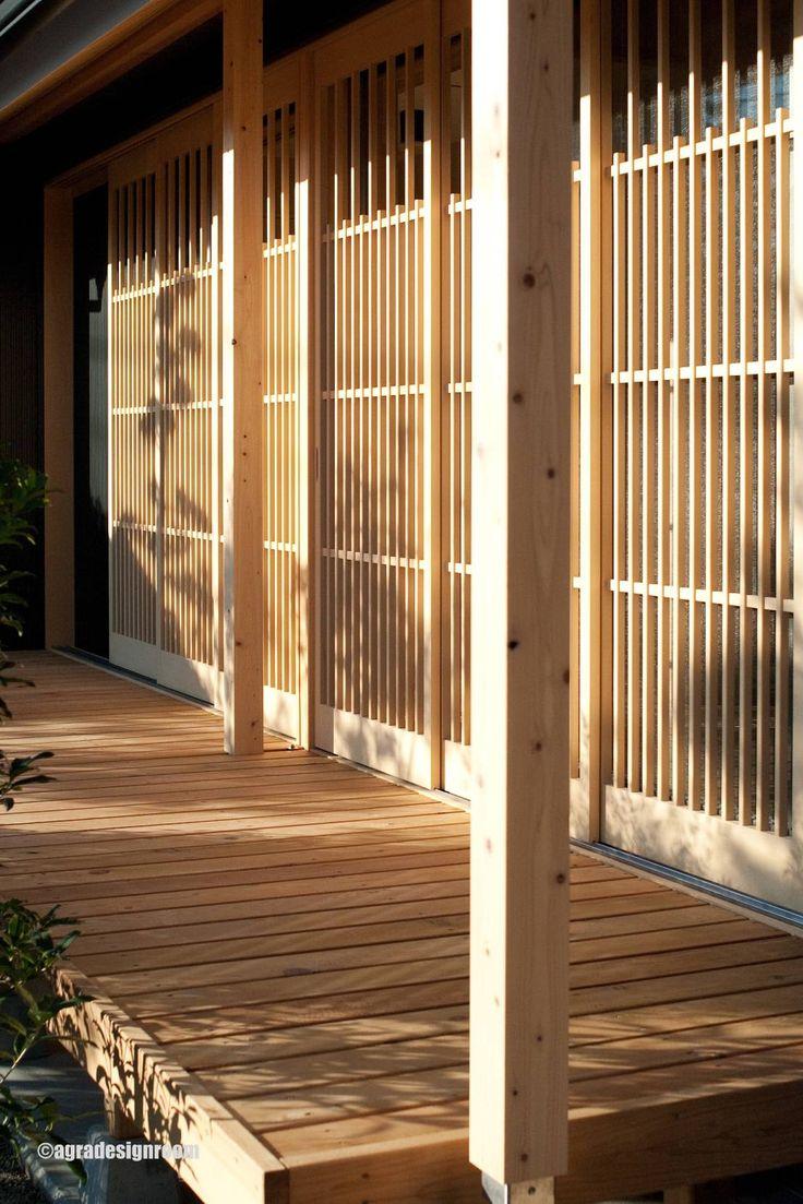 アグラ設計室 一級建築士事務所 agra design room の アクセサリー&デコレーション ヒバの格子戸 Las puertas de celosía, muy estilo japonés.
