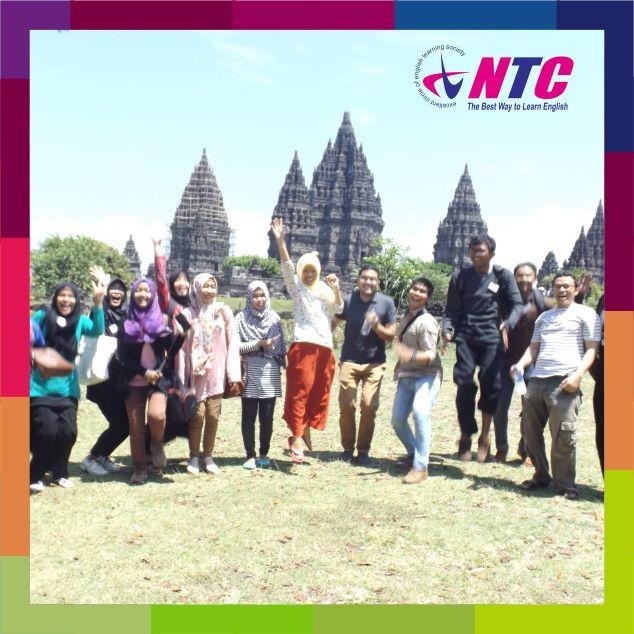 Keseruan siswa bersama pengajar saat melakukan Tourist Escorting di Prambanan.