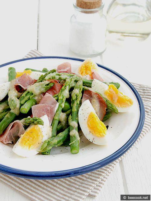 Салат из спаржи с яйцами и прошутто
