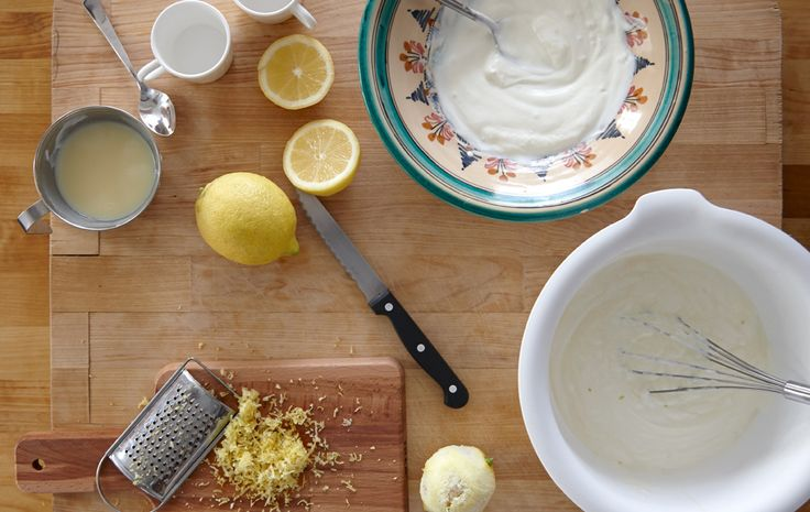 Ingredientes para hacer mousse de limón, como corteza de limón, zumo, yogur y leche condensada