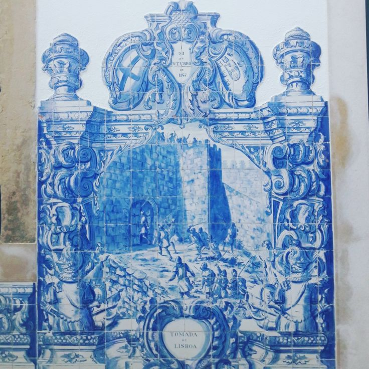 Storytelling through glazed tiles (Azulejos) in one of Lisbon's hidden gems. Here, illustrating St. Jorge 's Castle being taken over from the Moors in 1147 by King Afonso Henriques. Nevertheless, only around a century later Lisbon became the capital of Portugal. #storytelling #glazedtiles #azulejos #azulejosstorytelling #history #heritage #afonsohenriques #lisbonconquest #lisbon #hiddengems #portugal #lisbontailoredtours #lisbonwithpats