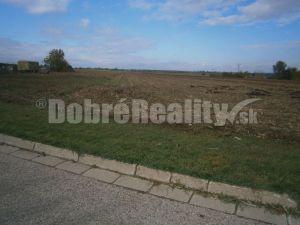 Na predaj investičný pozemok o výmere 1,5 ha v obci Mojmírovce