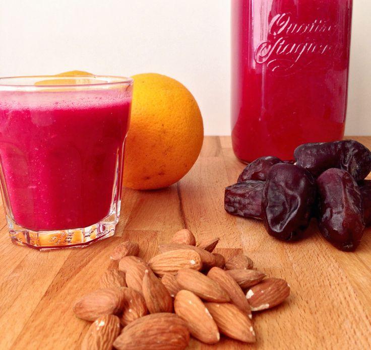 """2 store glas 150 g rødbede (ca. 1 stk) 1 banan 2 appelsiner 10 stk. mandler 2 stk. """"friske"""" dadler, uden sten (kan udelades) 4 dl vand"""