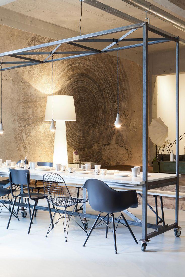 Stijlvolle eetkamer voor in een industrieel interieur. Prachtig met het staal. Advies nodig bij de styling van uw woning mail info@pieterszevenbergen.nl