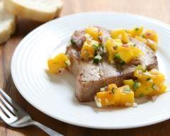 Steak de thon grillé et salsa de mangue : http://www.cuisineaz.com/recettes/steak-de-thon-grille-et-salsa-de-mangue-23304.aspx