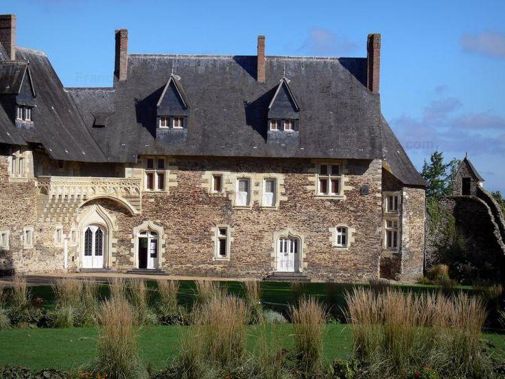 Le château du Plessis-Macé - Guide tourisme, vacances & week-end dans le Maine-et-Loire -Doté d'une enceinte flanquée de tours, le château du Plessis-Macé, élevé au XIIe siècle puis en partie reconstruit au XVe siècle, a conservé son allure de château fort. Forteresse médiévale, le château du Plessis-Macé est aussi une élégante demeure de plaisance. À l'intérieur de l'enceinte, l'architecture défensive laisse en effet place au raffinement de la Renaissance avec le logis seigneurial, orné…