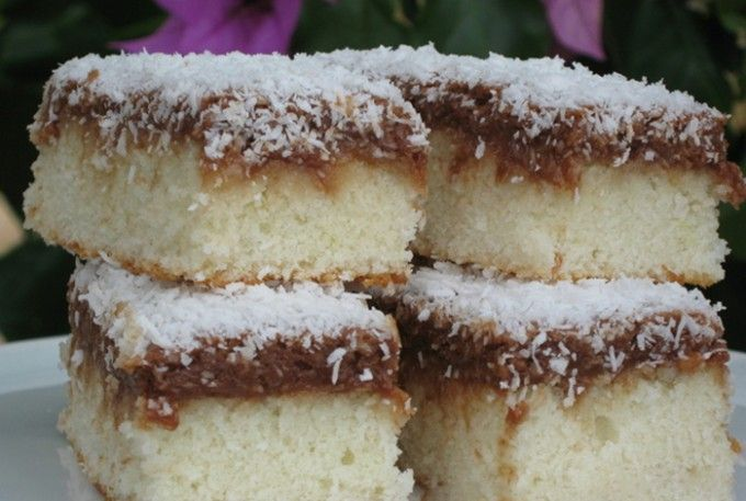 Jednoduché kokosové řezy s čokoládou  150 gmáslo 200 gmoučkový cukr 180 gpolohrubá mouka 2 lžícemléko 1 kscitron - kůra 6 ksbílka Na polití: 150 mlmléko 1 bal.vanilkový cukr Náplň: 6 ksžloutka 100 gkr. cukr 100 ghořká čokoláda 100 gkokos 100 gmáslo kokos na posypání