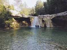 Tarragona es mucho más que sus playas de la Costa Dorada. De camino al bosque del Parque Natural de Els Ports, y ya dejados atrás en el camino los olivos de la localidad de Arnés (Tarragona), se esconde Toll de Vidre, una piscina natural de aguas cristalinas y pequeños saltos de agua formada en la roca calcárea del río Algars.