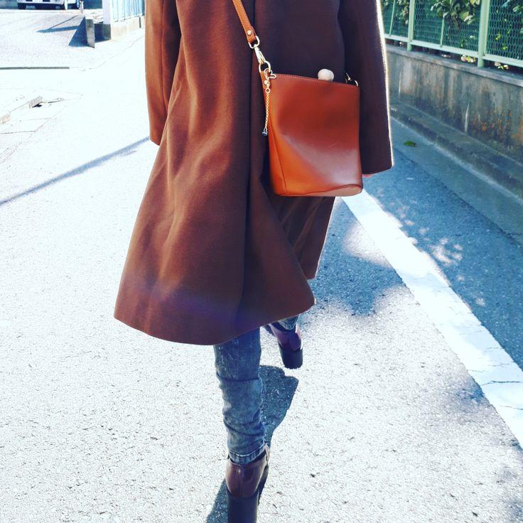 女性の美しい歩き姿に、キラリと輝きを追加するバッグアクセサリー