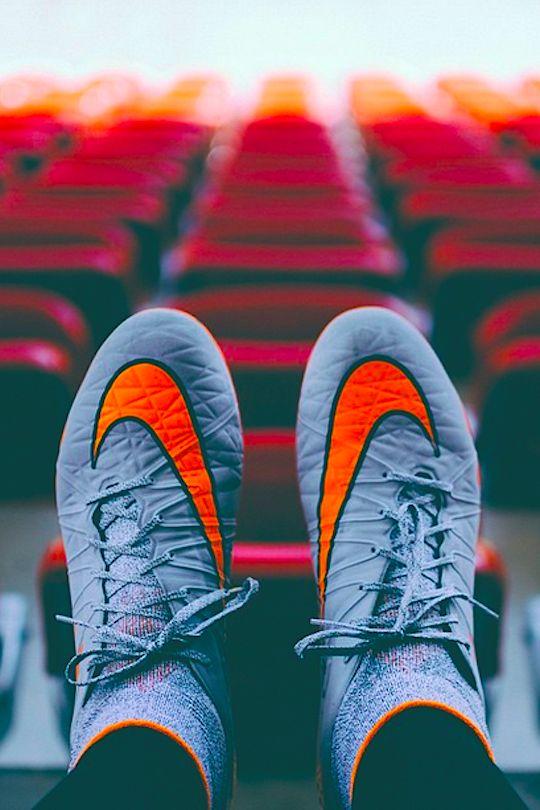 Cada deporte requiere su calzado deportivo . en este caso se necesitan los botines para realizar estas practicas
