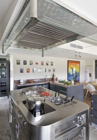 Majestic kitchen / majestueuse cuisine : le grand fourneau en Inox trône au milieu de la pièce et anime l'espace.   More photos http://petitlien.fr/cuisinedechef