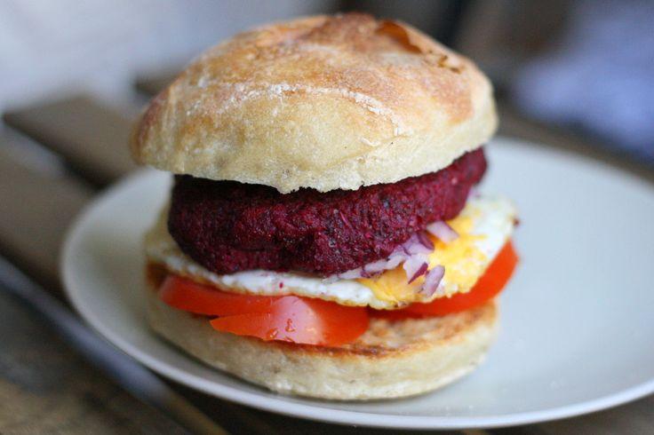 Buscas la mejor hamburguesa vegetariana? Aquí la tengo! Esta hamburguesa vegetariana de remolacha está tan rica que no echarás de menos la carne! Pruébala!