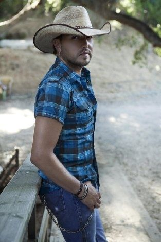 one of the few country boys i like and wouldn't mind having ;D