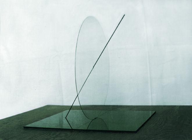 wanda czełkowska, koniec wieku czyli prosta nieskończona, 1996-97, kwadrat, koło + prosta, [szkło przezroczyste średnicy 280 cm prostopadle do kwadratu - szkło czarne 280x280 cm + prosta (metal) przechodząca przez koło i kwadrat]