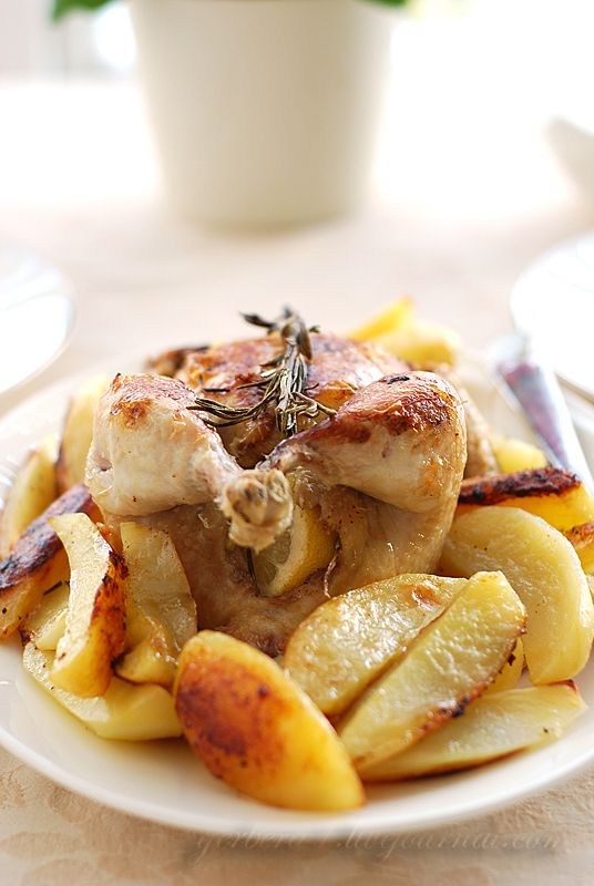 Курица, запеченная целиком с розмарином и лимоном