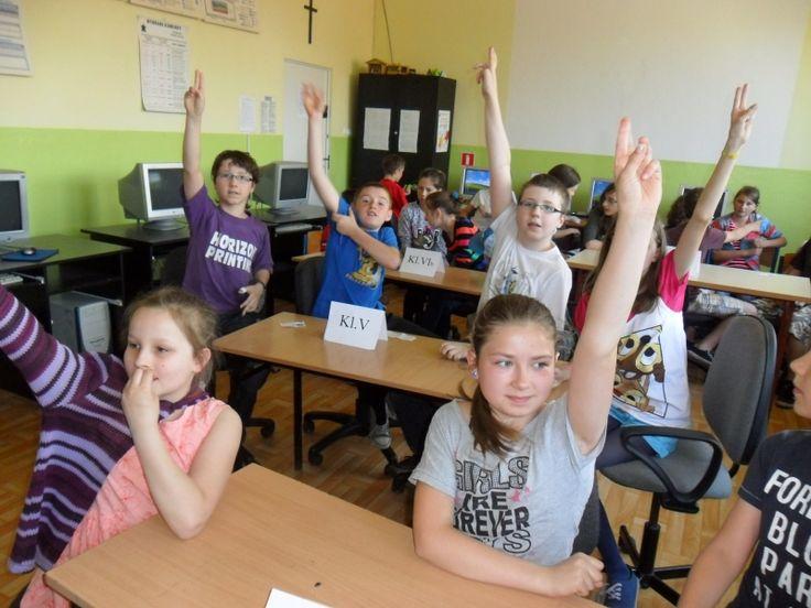 W szkole podstawowej w Suchej Beskidzkiej dzieciaki zmierzyły się w turnieju wiedzy i umiejętności. Przeczytajcie koniecznie całość opisu, dowiecie się jak wpadli na ten pomysł i jak zaplanowali całość. Dobrej praktyki gratulujemy Wioletcie Habowskiej. Zajrzyjcie do linka: http://szkolazklasa2012.ceo.nq.pl/dokument_widok?id=9195