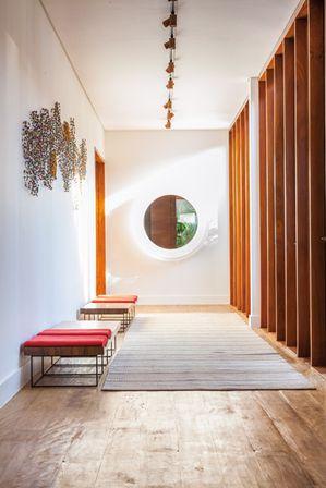 E por que não o corredor não merece uma bela decoração? Casa em Porto Feliz, São Paulo | Projeto de interiores: Marina Linhares