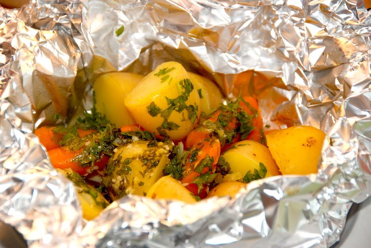 Se opskrift på kartofler og gulerødder i pakke med hvidløgssmør, hvor grøntsagerne pakkes ind, og grilles færdige ved indirekte varme. Kartofler og gulerødder i pakke med hvidløgssmør er nemme at l…