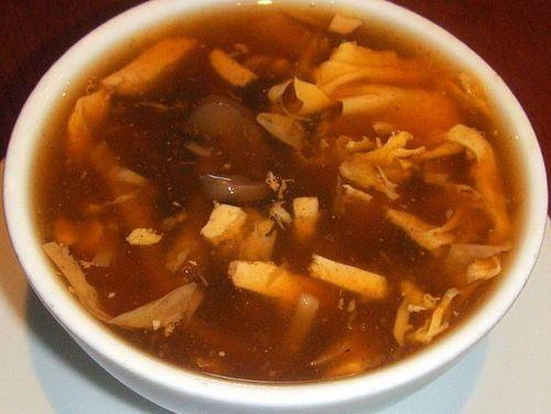 Kínai csípős-savanyú leves recept Hozzávalók: 3 szál sárgarépa 15 dkg tofu 10 dkg szárított fafülgomba 10 dkg bambuszrügy 2 tojás Erős Pista szójaszósz keményítő só bors ecet Elkészítése: A szárított fa fülgombát beáztatjuk kb. 10-15 percre. A bambuszt és a répát csíkokra, a gombát pedig kockára vágjuk. Felengedjük kb. 2 liter vízzel és lassú tűzön(...)