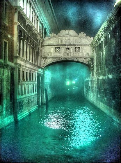 Puente de los Suspiros en una noche de niebla, Venecia, Italia
