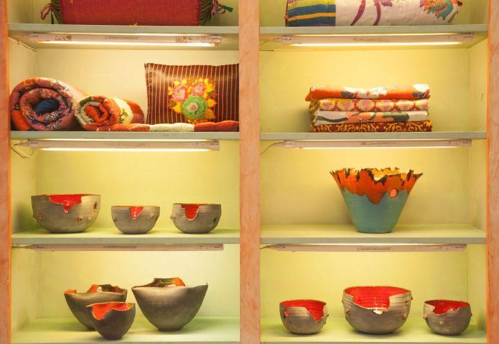 Le opere di Eva Munarin esposte insieme ai tessuti di Lisa Corti