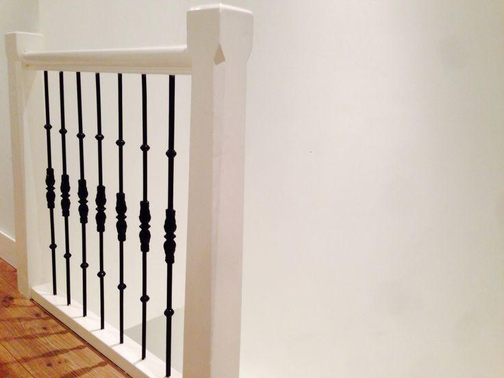Traphekje gemaakt van spijltjes uit een oud Amsterdams huis. Deze zijn opgeknapt en gebruikt om het hekje mee te maken.
