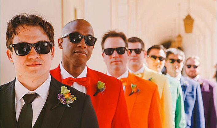 padrinos de boda con trajes de colores