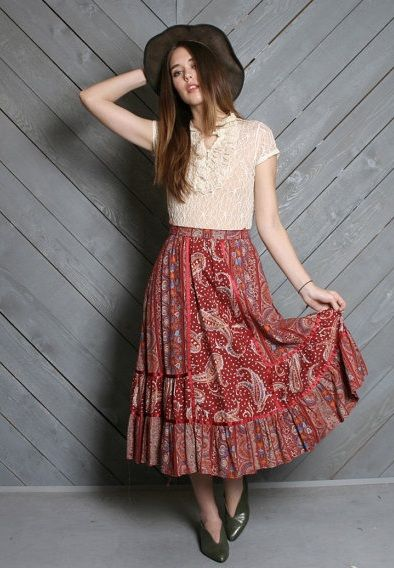 la blusa blanca. beige o negra es lo mejor para faldas estampadas!!