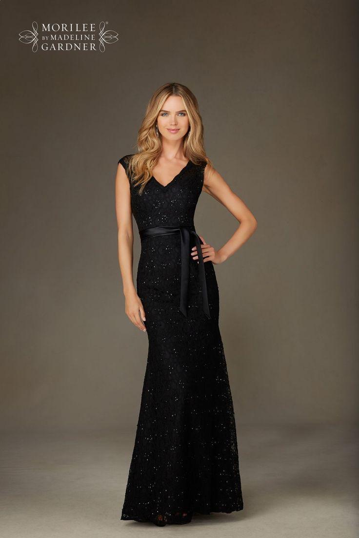 Romantyczna, koronkowa suknia wieczorowa Mori Lee. Koronki i subtelnie mieniące się cekiny nadają wieczorowego charakteru. Dekolt V eksponuje biust, a …