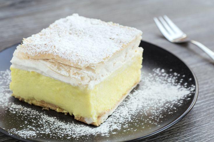 Ez a klasszikus cukrászdai süti egyszerűsített változata. Sok tejszínhabbal ellenállhatatlan.