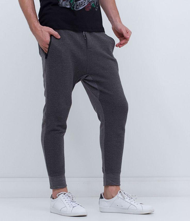 Calça masculina  Modelo jogger  Com listras  Marca: Blue Steel  Tecido: meia malha  Composição: 60% algodão e 40% poliéster  Modelo veste tamanho: M     COLEÇÃO VERÃO 2017     Veja outras opções de    calças masculinas.