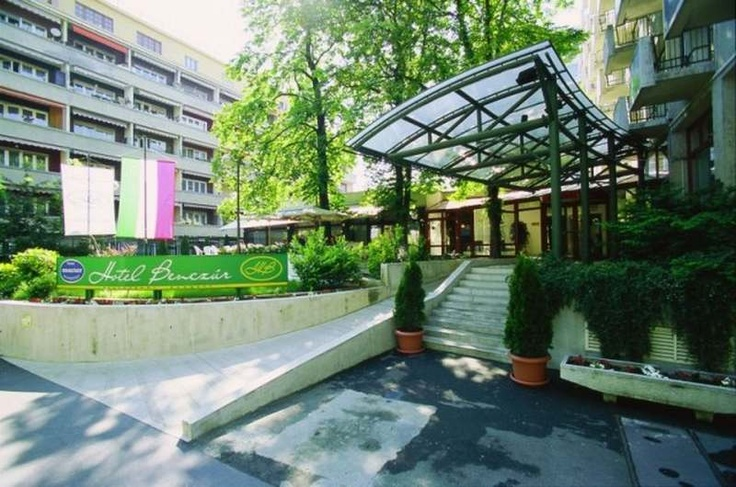 Located in the embassy quarter of Budapest, at walking distance from City Park or the Museum of Fine Arts, Hotel Benczúr, surrounded by gardens, offers air-conditioned rooms and a restaurant.  http://www.tropolino.com/EN/Europe/Hungary/Budapest/Budapest/Hotels/