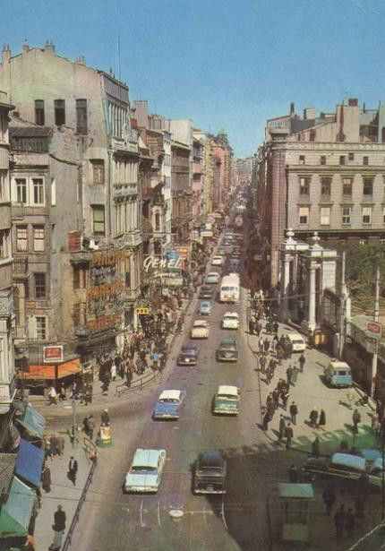 Bir zamanlar 1960 Galatasaray Lisesi önü, Taksim, İstanbul 1960 yılında İstiklâl Caddesi, trafiğe açıktı.
