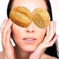 Еще один интересный и быстрый способ разглаживания морщин под глазами. В основу положена размякшая мякоть белого хлеба или булки. Добавки же зависят от настроения вашей кожи и наличия того или