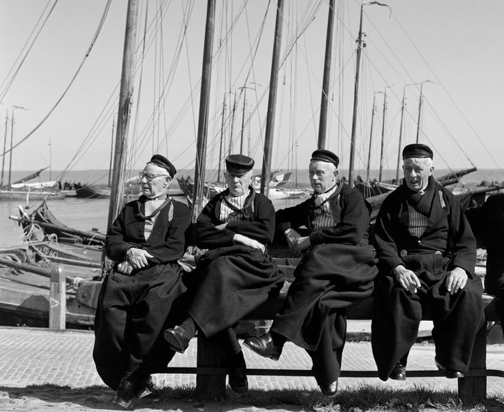 Mannen in klederdracht aan de haven, Volendam, Holland (1950-1960)