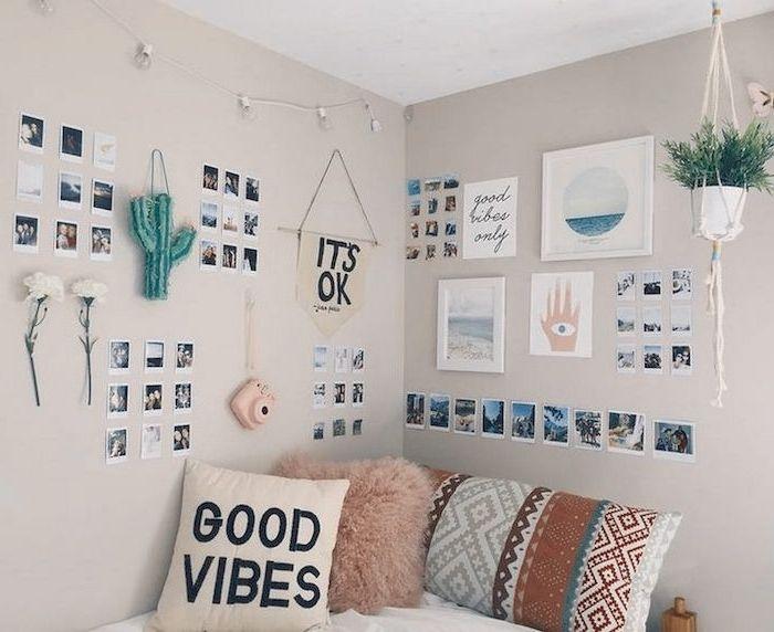 Ein Shabby Chic Teenager Zimmer Mit Vielen Sachen Die An Den Wanden Hangen Ideen Fur Teenager Zimmer Teenager Zimmer Dekoration Fur Zimmer