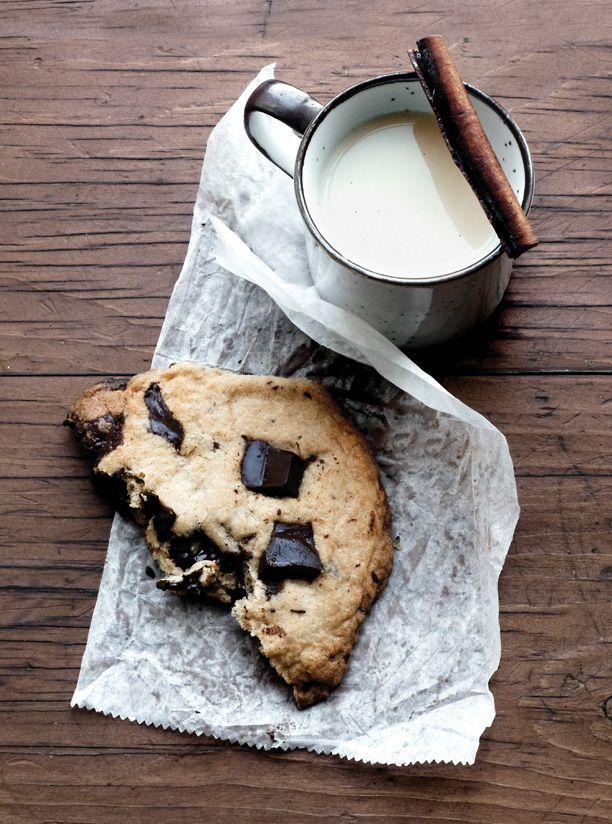 ✕ Softly warm milk with cinnamon & a chocolate chunk cookie=heaven! / #tastes #treats