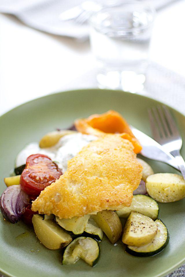 Parmesanpanerad torsk med grillade grönsaker och örtsås